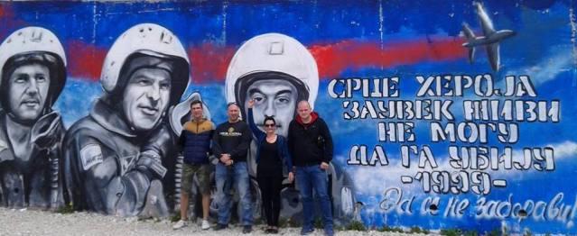 Најновији графит посвећен погинулим пилотима у НАТО агресији на Србију * Браћа Чеси на добротворном путовању помоћи Србима у Крајини, Републици Српској и Косову и Метохији - Petr Kessner, Mlynek David, Јан Урбанчик