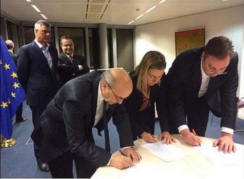 Потписивање Бриселског споразума, уз осмех
