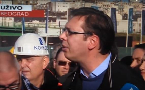 Vucic ludacki gleda novinarku (1)