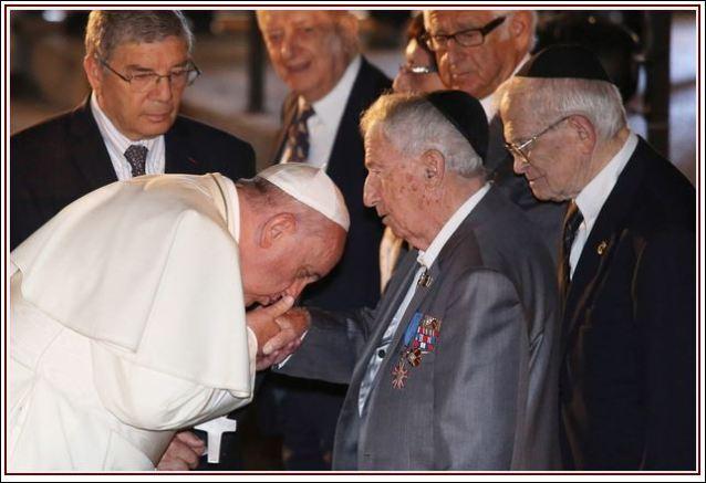 Папа љуби руку Ротшилду