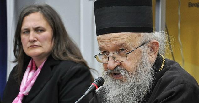 Епископ Артемије и Светлана Стевић (лево) пре прогона владике