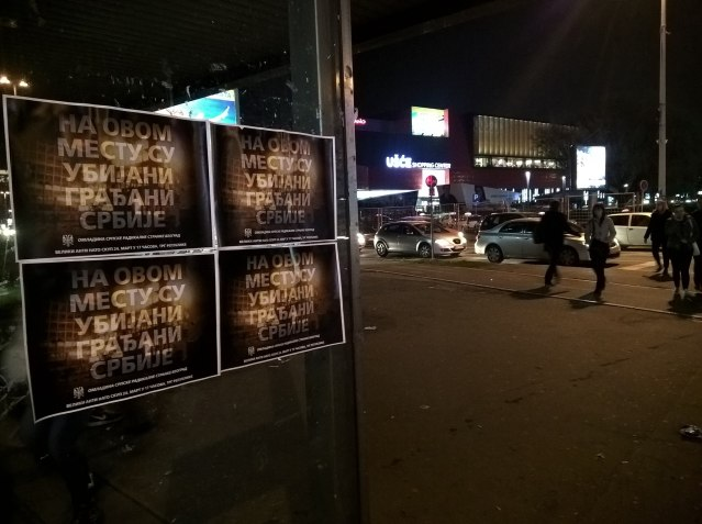 """Плакати """"На овом месту су убијани грађани Србије"""" код ТЦ Ушће (Фото: Фејсбук)"""