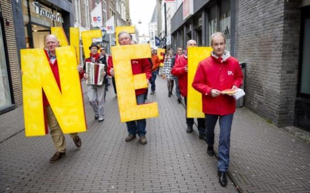 Холандски члан Социјалистичке партије Хари вон Бомел држи флајере против референдума о придруживању Украјине Европској унији (Фотографија: Барт Маат)