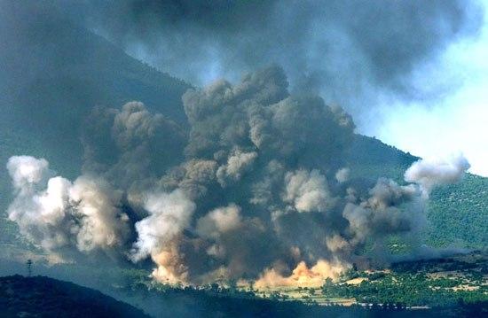 Америчко бомбардовање српских позиција на Косову током ваздушних НАТО напада 1999. (Фото: Jerome Delay/Associated Press)