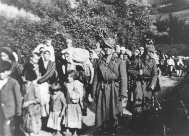 Усташе спроводе жене и децу са Козаре у логоре