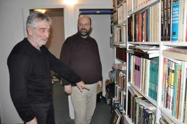 фото: ДРАГОСЛАВ БОКАН - Љуба ми показује своју библиотеку у Паризу...