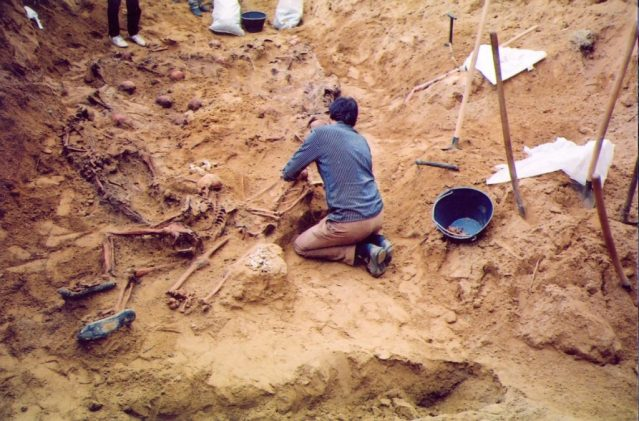 Sa ekshumacije na stratištu Prolog 1991. FOTO: OML