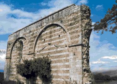 Црква Св. Срђа и Вакха, село Ширћ – Скадар (на обали реке Бојане) – цркву подигла Јелена Анжујска (жена Краqа Уроша I) 1290. године – цркву обновио њен син Милутин 1311. године. На слици: остаци јужног зида