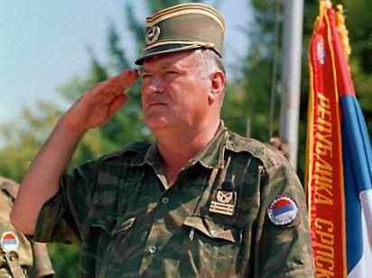 ARCHIV - General Ratko Mladic (Archivfoto August 1995). - Der wegen Kriegsverbrechen angeklagte bosnisch- serbische General Ratko Mladic hat bis 2002 den Schutz der jugoslawischen Armee genossen. Mladic habe sich bis Mai 2002 «ganz legal» in Armeekasernen aufgehalten, sagte Srboljub Nikolic, Oberstleutnant a.D. der jugoslawischen Armee, am Dienstag vor Gericht in Belgrad. Nikolic hatte damals den Befehl bekommen, die Entfernung des Angeklagten aus der Kaserne der Garde in Belgrad zu organisieren. Die Garde ist die Eliteeinheit der Armee. Foto: Drago Vejnovic +++(c) dpa - Bildfunk+++