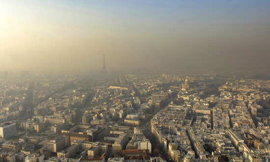 Измаглица од загађења у Паризу (Photograph: Stephane de Sakutin/AFP/Getty Images)