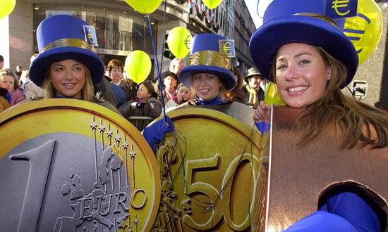 Даблин: Жене обучене као евро новчићи 31. децембра 2001, дан пре него што ће евро постати званично средство плаћања у Републици Ирској (Photograph: Richard Lewis/AP)