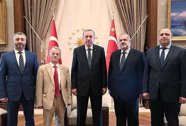 На фотографији: председник Турске Р.Т.Ердоган (у средини), бивши шеф меџлиса М.Џемилев (други лево) и садашњи председник меџлиса Р.Чубаров (други десно).
