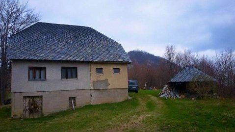 Старе породичне куће испод планине Мучња, покривене каменим плочама