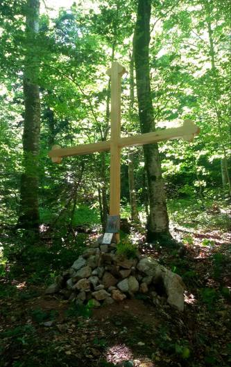 Постављени крст изнад јаме под Гргиним бријегом