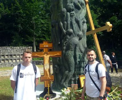Испред споменика код Шаранове јаме са Николом Јовићем