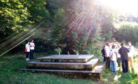 Оскрнављена гробница убијеног српског народа из Смиљана и околине од усташа у августу 1941.