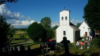 Ходочасници са Јадовна у порти смиљанске цркве