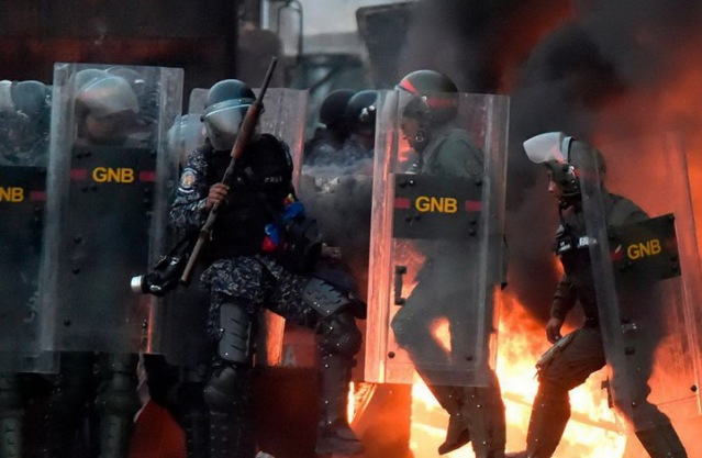 ПРОПАО ПУЧ У ВЕНЕЦУЕЛИ: Гваидо побегао из Каракаса, његови сарадници и дезертери траже азил по западним амбасадама 2